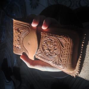 Công đoạn chạm khắc đã hoàn thành, chuẩn bị cho công đoạn nhuộm da với màu nhuộm từ Mỹ
