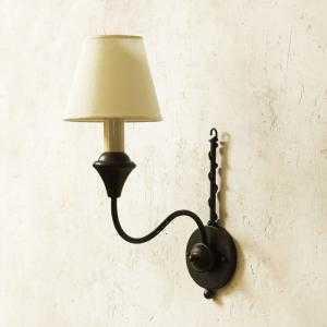 Đèn tường sắt trang trí thuộc dòng cổ điển...