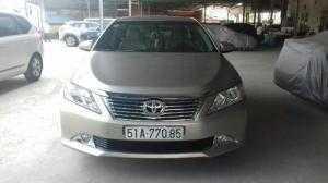 Bán Toyota Camry 2.0E màu vàng cát số tự động sản xuất 2013 biển Sài Gòn