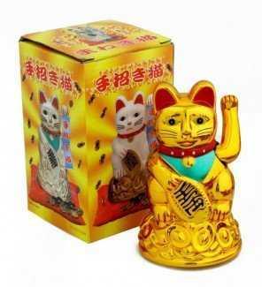 Mèo có hình dáng dễ thương, ngồi trên thỏi vàng, vẫy chào tài lộc và vận may đến với gia đình bạn.