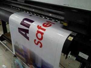 In deca sữa làm phông nền trang trí xe tải với thông điệp từ sản phẩm, dịch vụ