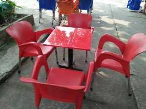 Bộ bàn ghế nhựa màu đỏ, được dân kinh doanh cà phê ưa dùng