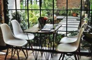 Ghế nhựa cafe cao cấp nhập khẩu có nhiều màu sắc, chân gỗ tự nhiên chắc chắn.