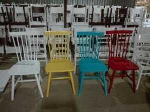 Ghế gỗ lưng tựa, nhiều màu sắc