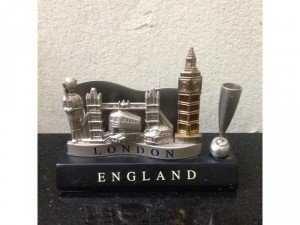 Giá đựng card London, in hình hoa văn nổi về các biểu tượng của thành phố, giá 250k