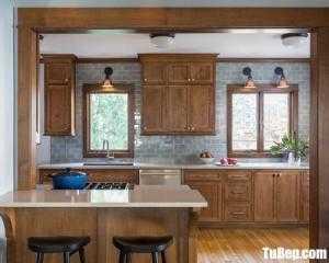 Tủ bếp gỗ Sồi thiết kế bán cổ điển có bếp đảo – TBT94