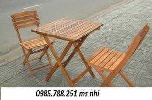 Bàn ghế gỗ xếp đa màu sắc dành cho quán trà sữa
