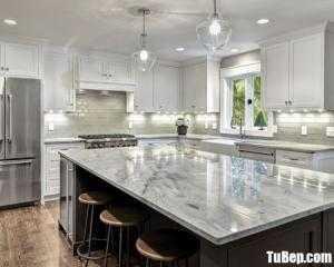 Tủ bếp gỗ Căm Xe màu trắng sơn men thiết kế kế bán cổ điển – TBT107