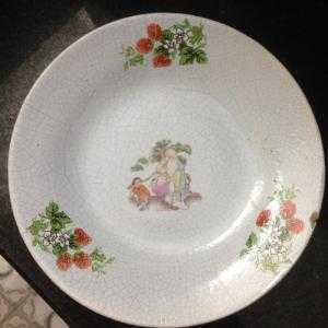 Đĩa sứ Tàu xưa hình ông Thọ gánh đào, xung quanh hoa văn hoa quả dâu tây, đk 16,5cm