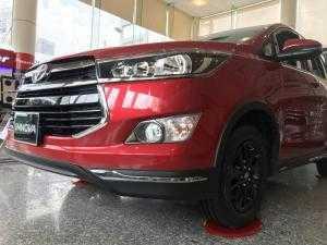Bán xe Toyota Innova Venturer số tự động màu đỏ, xe giao ngay, ưu đãi giảm tiền mặt, tặng phụ kiện