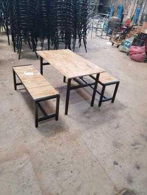 Bàn ghế gỗ xinh xắn