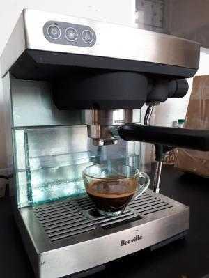 Gia đình xài kỹ cần thanh lý lại 1 máy pha cà phê Breville 1 group nhỏ xinh dễ sử dụng và vệ sinh.