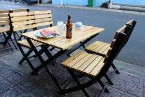 Bàn ghế gỗ chân sắt dùng cho quán nhậu