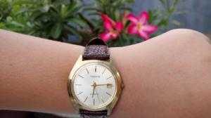Đồng hồ quartz Nhật kiểu dáng cổ.
