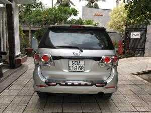 Bán Toyota Fortuner V 2.7AT màu bạc máy xăng số tự động sản xuất 2013 còn mới 80%