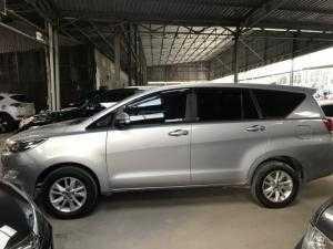 Bán nhanh Toyota INNOVA 2.0E màu bạc số sàn sản xuất 2017 biển Sài Gòn