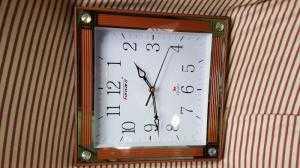 Đồng hồ treo tường Forward Vuông, màu nâu