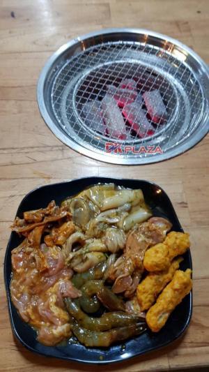 Bếp nướng thịt bằng than hoa đặt âm bàn cho quán lẩu nướng