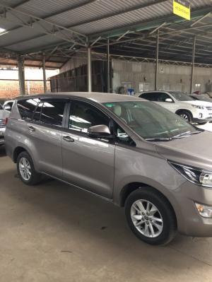 Bán Toyota INNOVA 2.0E màu nâu titan số sàn sản xuất T7/2018 biển Sài Gòn lăn bánh 2400km