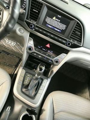 Bán Hyundai Elantra 2.0AT màu bạc số tự động...