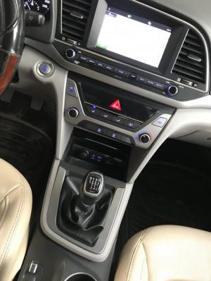 Bán Hyundai Elantra GLS 1.6MT màu bạc số sàn sản xuất 2017 biển Sài Gòn