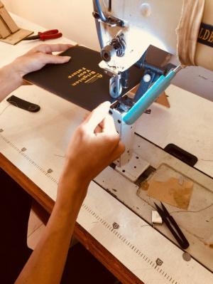 Bao da hộ chiếu, cung cấp menu nhà hang, móc khóa, cơ sở sản xuất bóp da nam, cơ sở sản xuất bóp da nữ