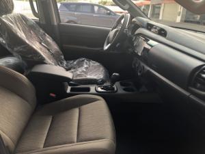 Toyota bán tải Hilux 2.4 AT (4x2) màu trắng ngọc trai