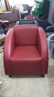 Ghế sofa bọc nệm màu đỏ