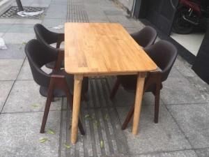 Bộ ghế nhựa đúc và bàn gỗ giá rẻ