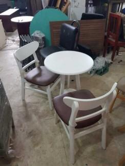 Bộ bàn nhựa ghế bọc nệm màu trắng