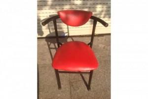 Ghế gỗ bọc nệm màu đỏ có tay vịn