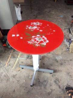 Bán bàn mặt kính hình tròn màu đỏ hình hoa văn