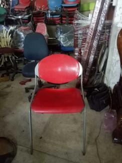 Bán ghế nhựa màu đỏ chân sắt cao