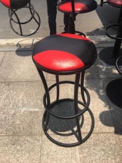 Ghế bọc nệm màu đỏ chân sắt cao