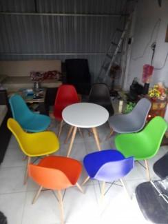 Bộ bàn ghế nhựa nhìu màu sắc cho quán cafe