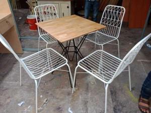 Bán bàn gỗ mặt vuông và ghế sắt màu trắng,giao hàng toàn quốc