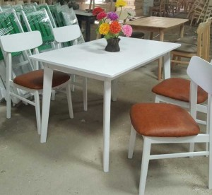 Bán bàn gỗ màu trắng có ghế bọc nệm cho quán ăn