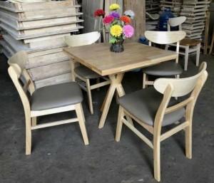 Mẫu bàn gỗ mặt vuông và ghế có bọc nệm màu nâu,miễn phí vận chuyển