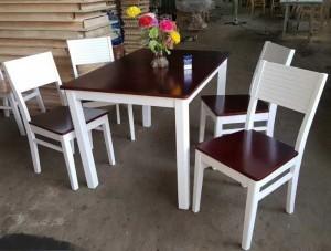 Bán bàn gỗ mặt vuông màu nâu và ghế bọc nệm tại TPHCM