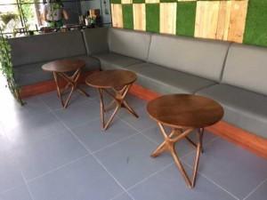 Các mẫu bàn gỗ tròn có chân gỗ bắt chéo