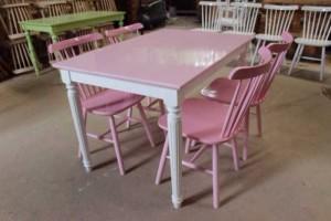 Bộ bàn ghế gỗ màu hồng siêu dễ thương