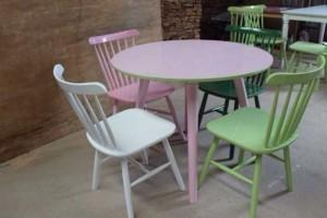 Bộ bàn gỗ mặt tròn màu hồng và ghế gỗ nhìu màu