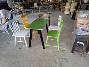 Bộ bàn gỗ dài mặt vuông màu xanh lá cây và ghế gỗ nhìu màu