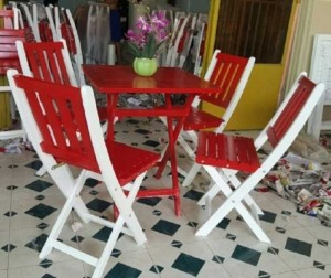 Bàn ghế xếp màu đỏ cho quán trà sữa