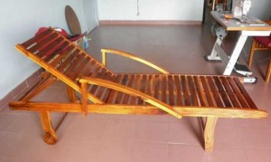 Ghế nằm thư giãn bằng gỗ có tay vịn