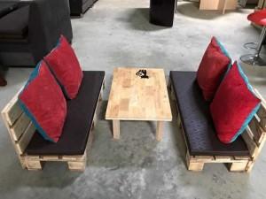 Bộ bàn ghế gỗ sofa có bọc nệm màu đen và gối tựa lưng