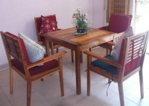 Bộ bàn gỗ và ghế bọc nệm trong gia đình