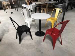 Bộ bàn mặt tròn màu trắng và ghế nhựa đủ màu