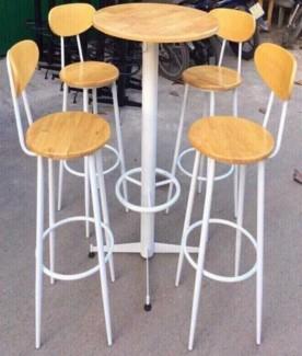 Bộ bàn ghế có chân gỗ cao mặt gỗ