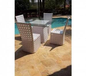 Bàn ghế nhựa màu trắng có mặt bàn kính